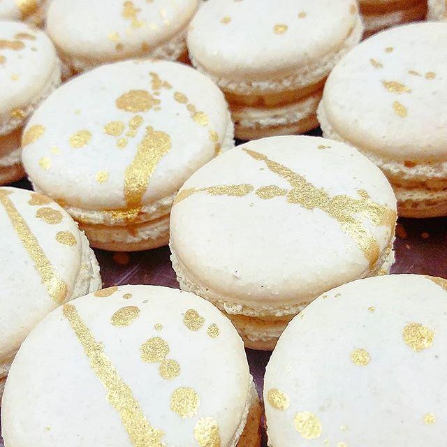 Vanilla Glitz Macaron. 🌼 This beautif
