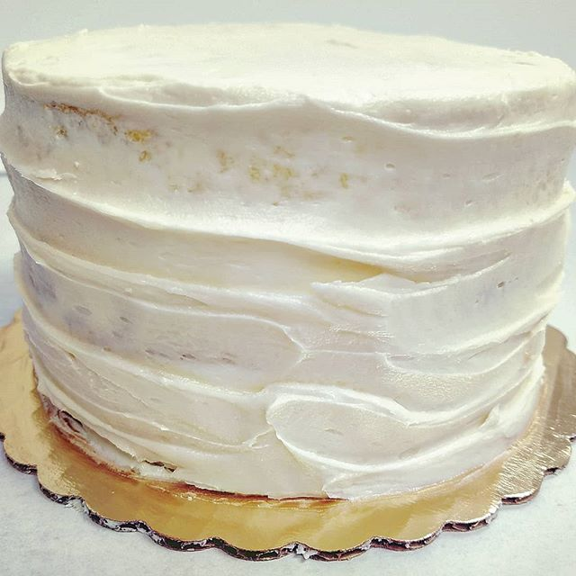 Lemon Blueberry Buttercream Cake. 🍋 T